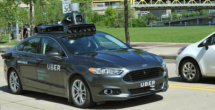 Voiture sans chauffeur aux couleurs d'Uber