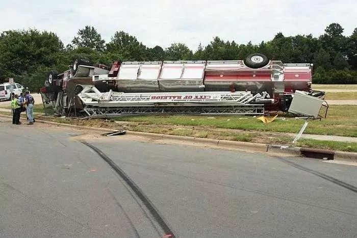 29 Epic Fail Awesome Fire Truck Accident Pics -02