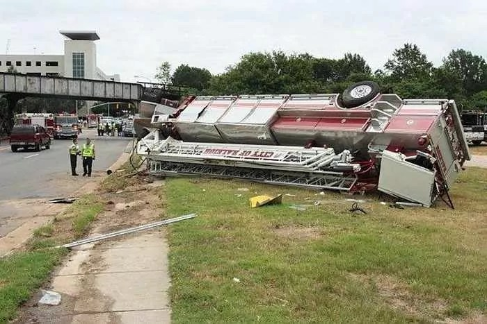 29 Epic Fail Awesome Fire Truck Accident Pics -05