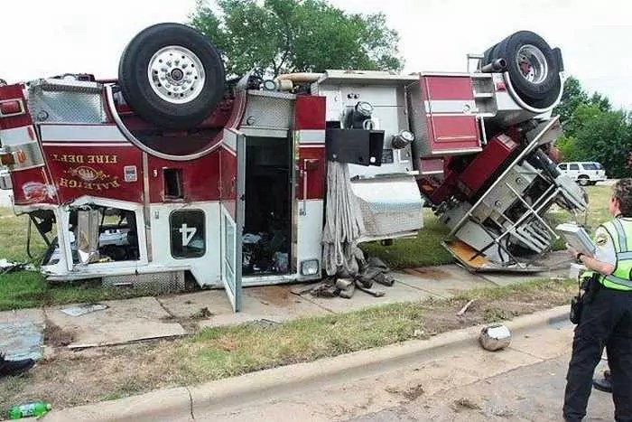 29 Epic Fail Awesome Fire Truck Accident Pics -10