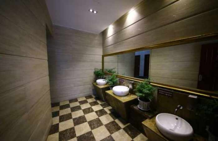 14 Pictures of Five Star Toilet In China Will Blow Your Mind - 04