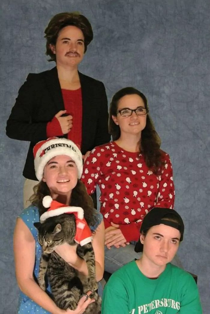 20 Hilarious Christmas Portraits With Pets That Will Make Your Day -03