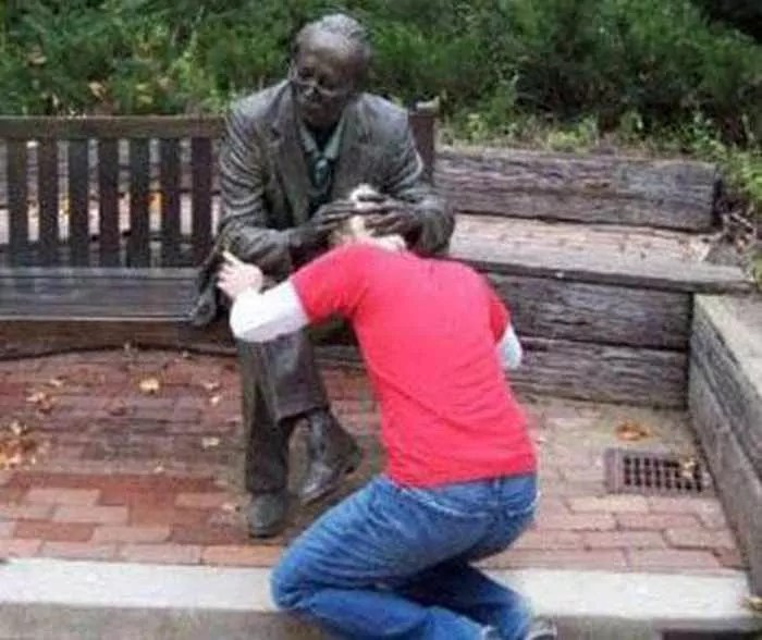 50 People Having Too Much Fun With Statues -05