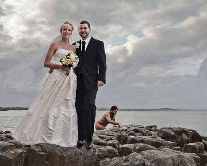 42 Hilarious Pictures of Unexpected Wedding Photobombs Will Make You LOL -13
