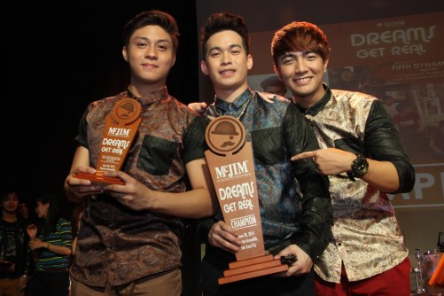 (L-R) Joshua Bulot, Bryan Del Rosario, Kim Ordonio Boy band, JBK receiving their championship trophy after the unexpected announcement of triple tie between JBK, Neo Domingo and Fifth Dynamics. Aside from the trophies, the Grand Champions also received a talent management contract and a grant to produce their own music videos.