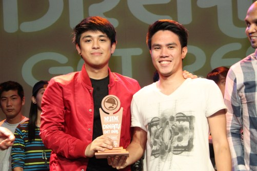 "McJim Dreamer Neo Domingo with composer Urie Tesorio receiving ""DJ's Choice"" trophy for his single ""Pagbigyan Mo Na"""