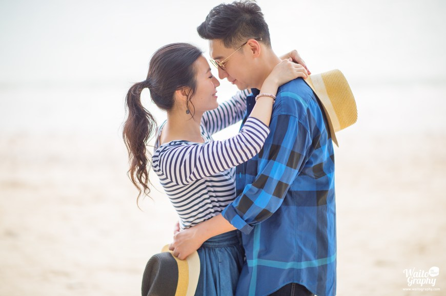 Sweet Hong Kong couples taking engagement photo at HK captured by Hong Kong wedding photographer