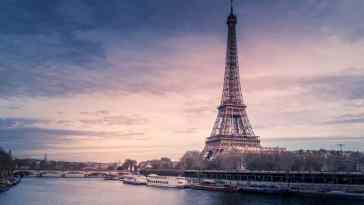 Wieża Eiffla w Paryżu o wschodzie słońca