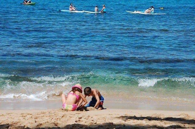 Alicante, Hiszpania - dzieci bawiące się w piasku i morze