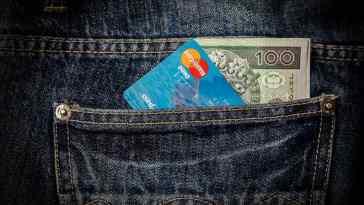 Pieniądze i karta kredytowa w kieszeni