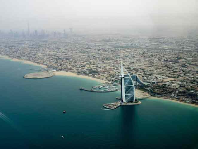 Dubaj z samolotu - panorama miasta