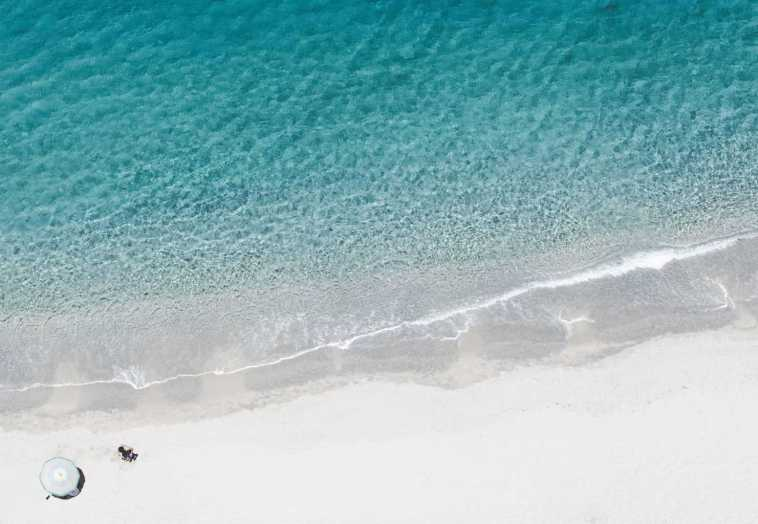 Piękna plaża i błękitna woda