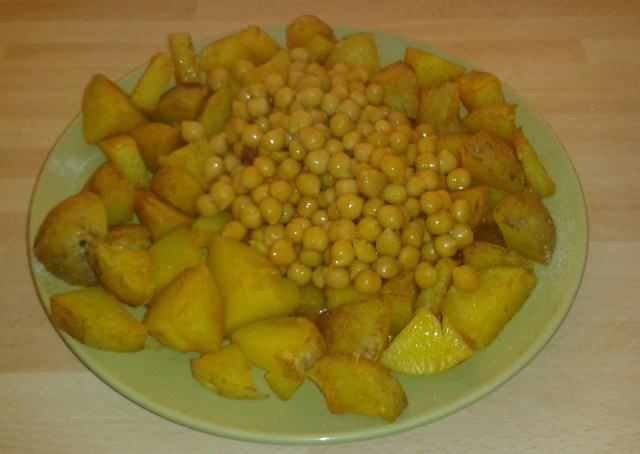 Chickpeas and Chips with Curry Sauce!