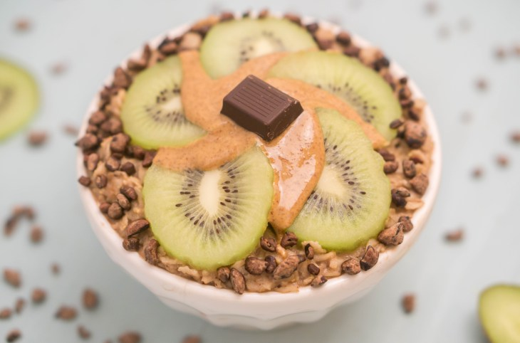 Healthy VEGAN Chocolate Oatmeal Porridge! #vegan #chocolate #oatmeal #porridge #almondmilk #healthy #recipe | www.wakeuptowaffles.com