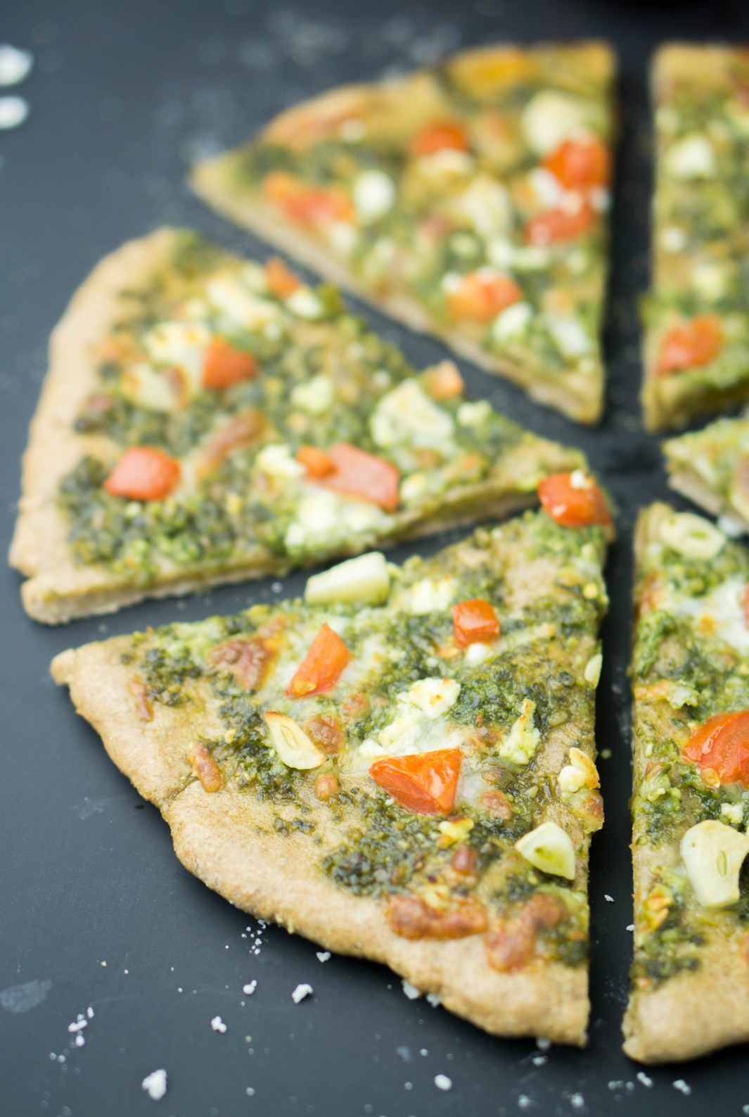 Healthy Garlic Pesto Pizza! savory, filling & totally delicious! #healthy #garlic #pesto #pizza #recipe | www.wakeuptowaffles.com