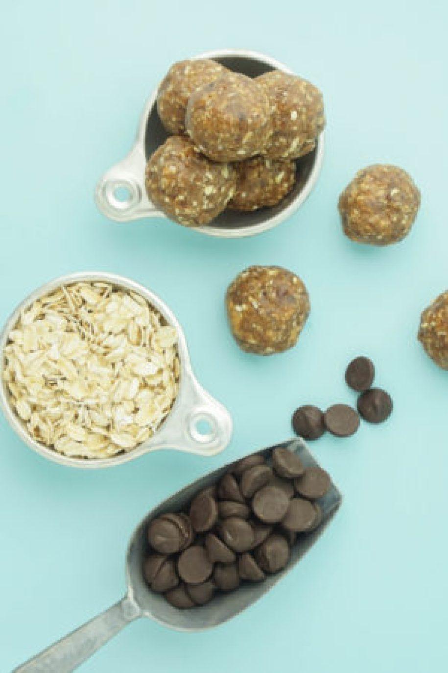Peanut Butter Bliss Balls! #healthysnacks #energybites #chocolatechip #vegan | www.wakeuptowaffles.com