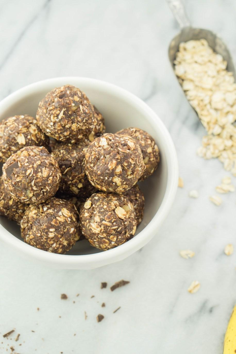Chocolate Banana Energy Bites! #vegan #glutenfree #walnut #darkchocolate #dates #healthysnackideas   www.wakeuptowaffles.com