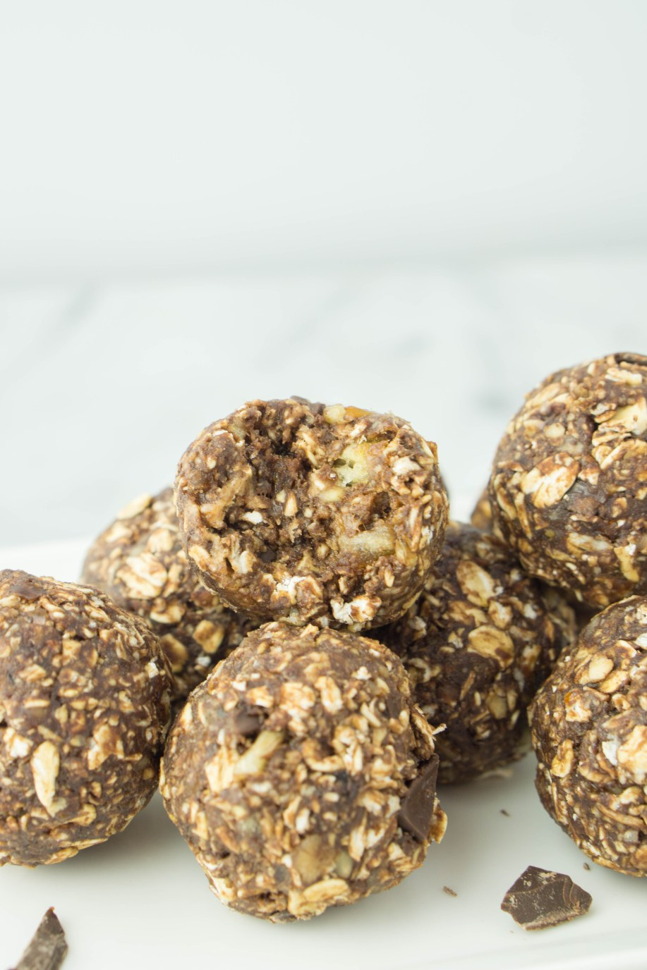 Chocolate Banana Energy Bites! #vegan #glutenfree #walnut #darkchocolate #dates #healthysnackideas | www.wakeuptowaffles.com