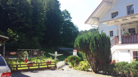 Hof und Weg zur Ferienwohnung Wald Kobel