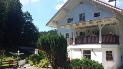 Haus Frontansicht Ferienwohnung Wald Kobel