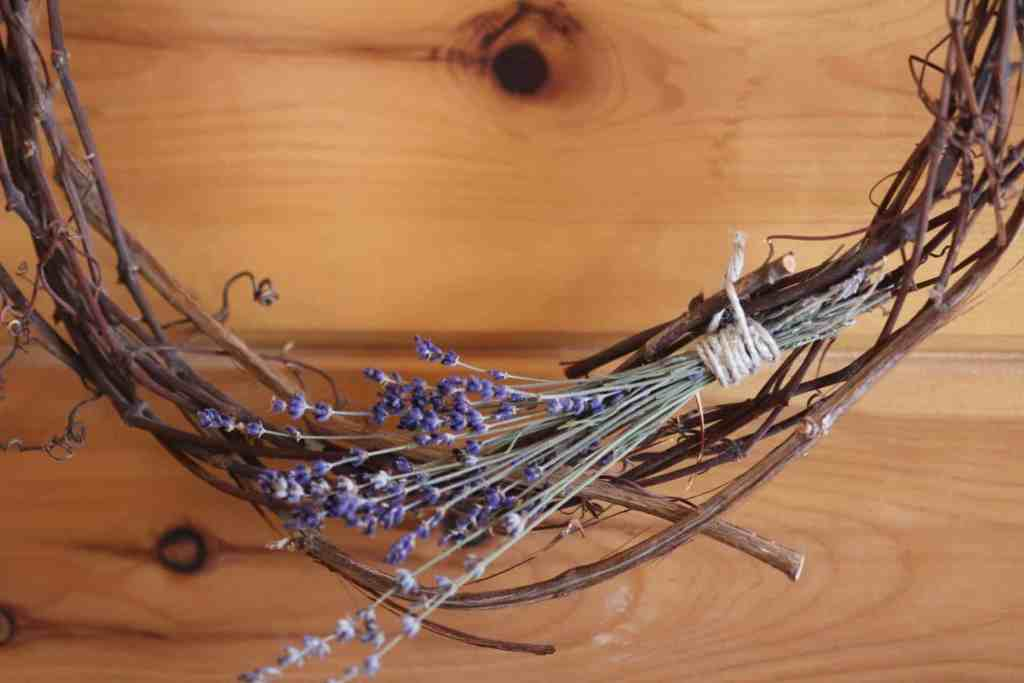 10 Rustic Country Kitchen Décor Ideas for Your Homestead - DIY wreath using vines and lavender from the garden