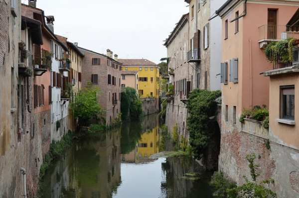 Mantova is surrounded by water. Photo by Pedro (flickr)