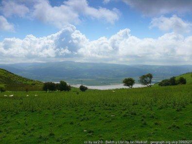 Bwlch y Llan Yn edrych i lawr i'r Foryd Dyfi / Looking down to the Dyfi Estuary.
