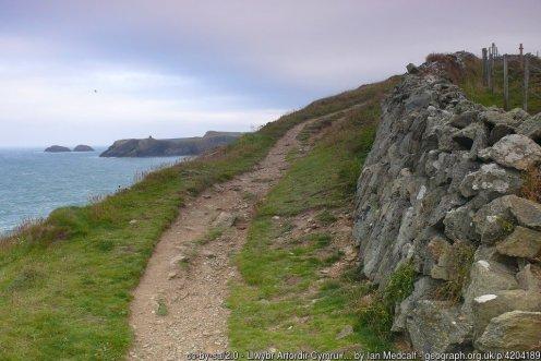 Llwybr Arfordir Cymru / Wales Coast Path Yn edrych tuag at Abereiddi yn y pellter / Looking towards Abereiddy in the distance.