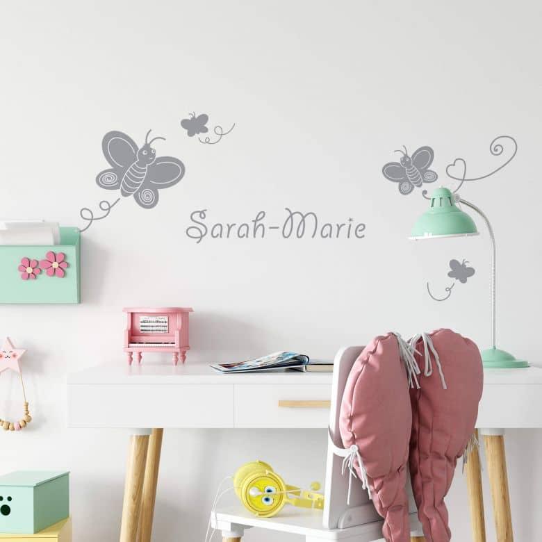 Questi particolari adesivi da parete sono realizzati con vinile adesivo interamente intagliato senza nessuno sfondo trasparente. Adesivo Murale Farfalle Nome Wall Art It