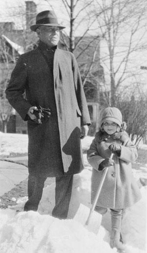Wallace Stevens e sua filha Holly, 1929, em Hartford, Connecticut, EUA
