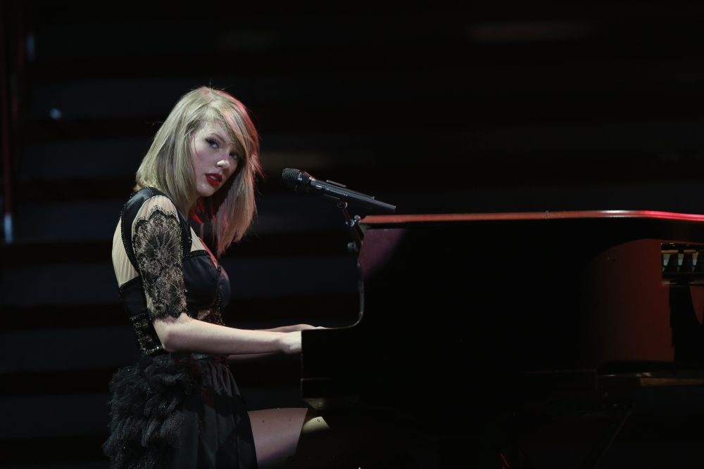 Piano Wallpaper Iphone Wallpaper Taylor Swift Singer Playing Piano Blonde Red