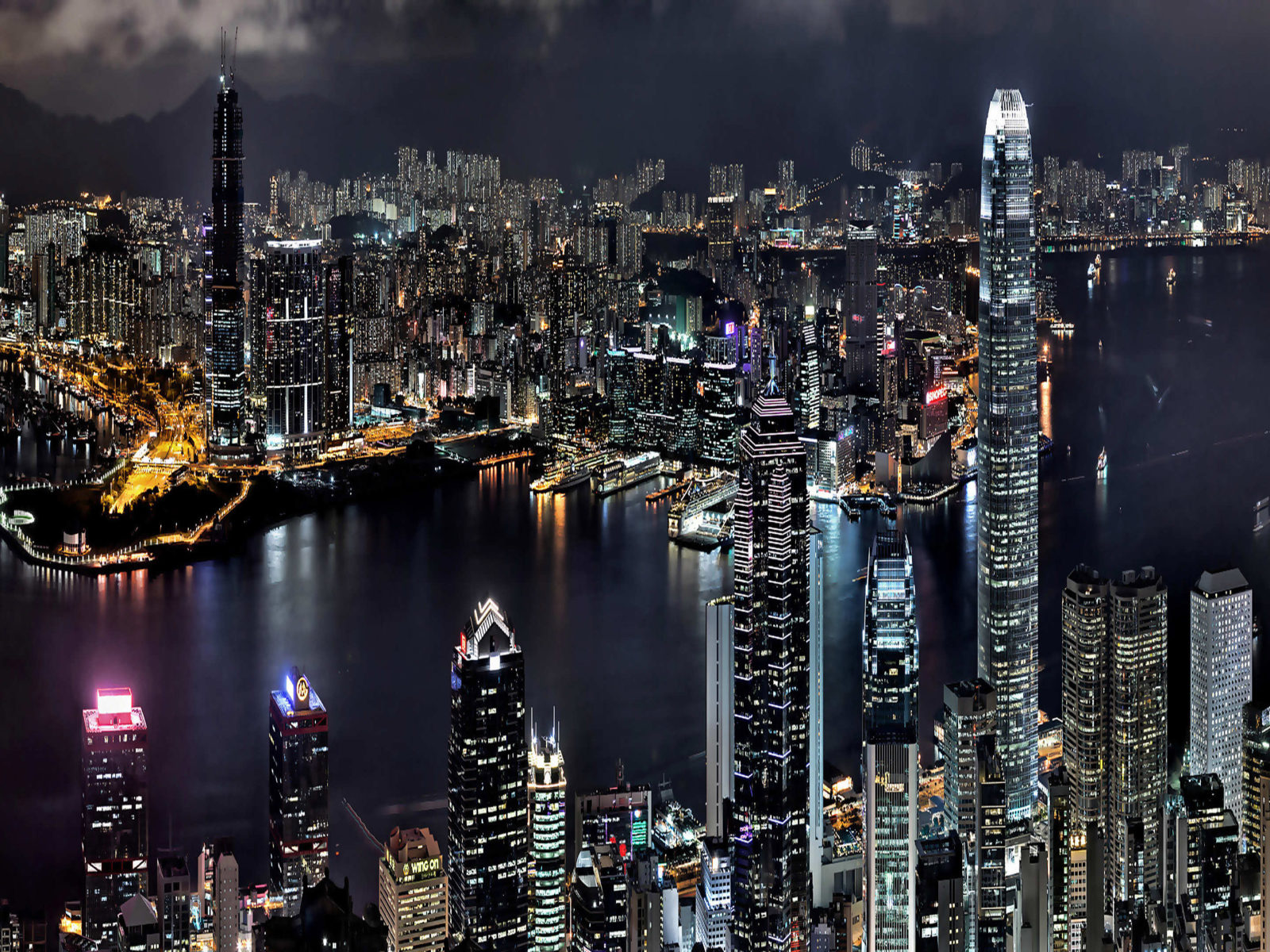 Asia-city Hong Kong in China, look at night-bay-boats, buildings, skyscrapers, night lights Wallpaper-HD-3840x2160 : Wallpapers13.com