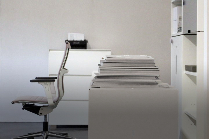 Stimmungsbild mit Bürostuhl und Stauraum Schränken