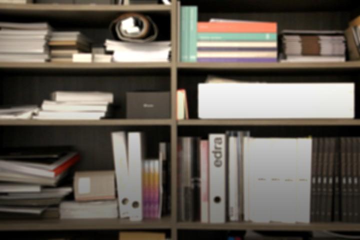 Stimmungsbild mit Schrank und Katalogen