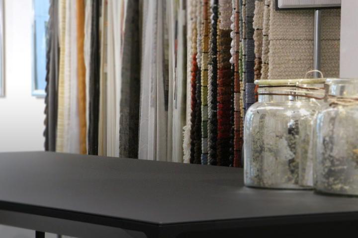 Stimmingsbild mit Tisch Vase und Vorhangstoffen