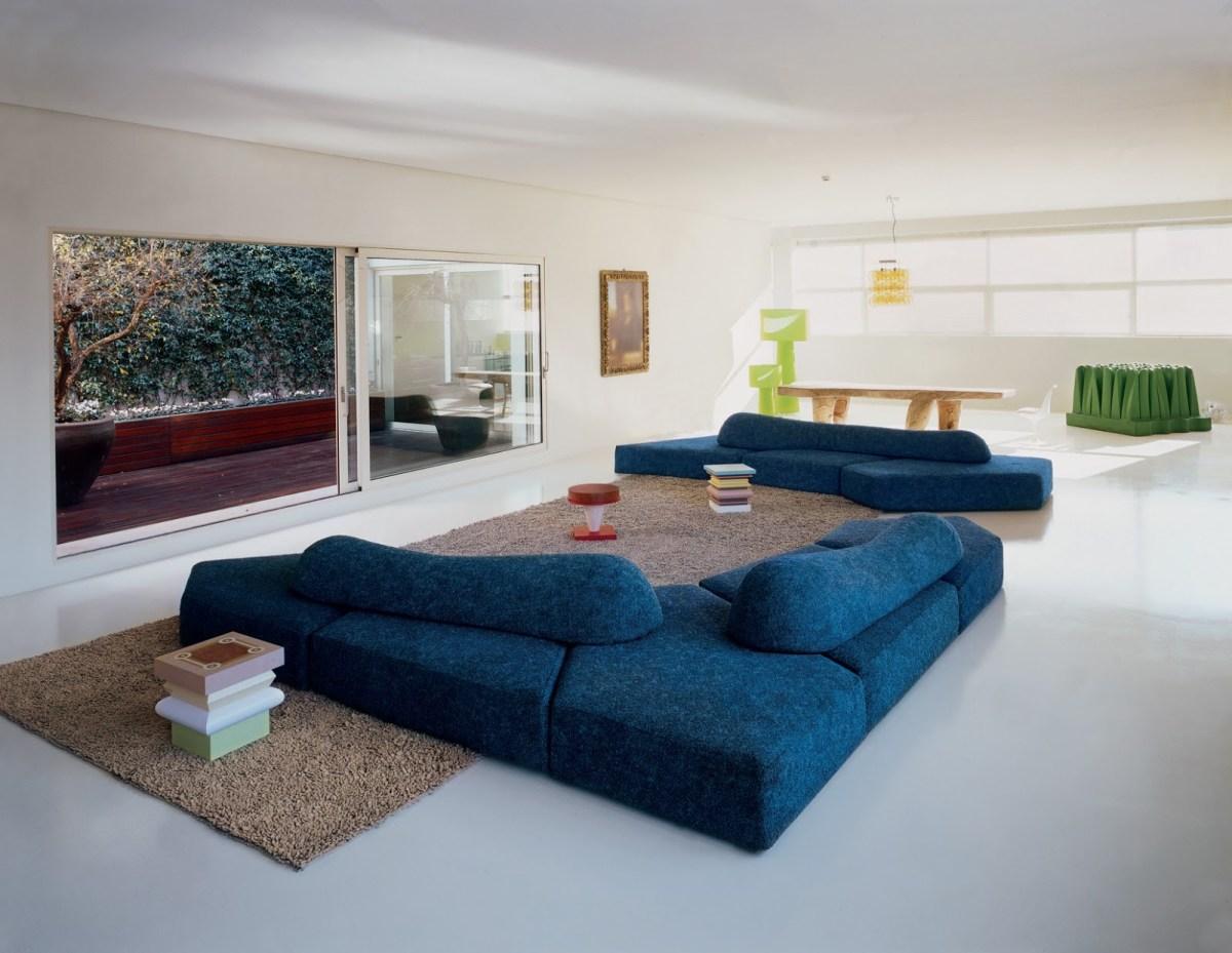 blaues on the rocks sofa von edra in grosszügigem wohnzimmer