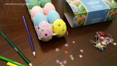Decorating Easter eggs wandasknottythoughts.blogspot.com