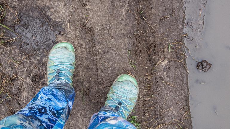 vrolijke broek en schoenen