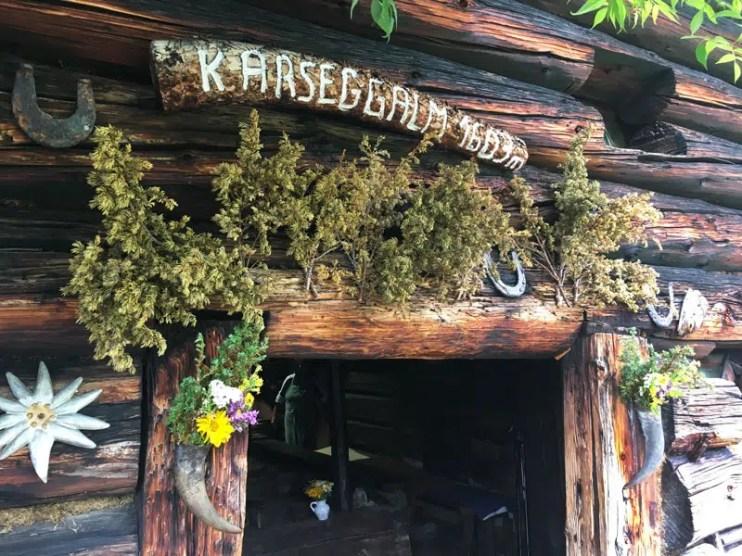 Einladende Eingangstür in die 400 Jahre alte Hütte.