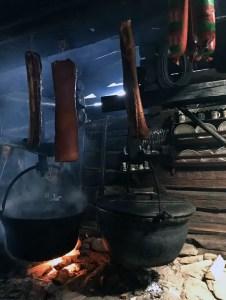 Über der offenen Feuerstelle in der Kraseggalm wird noch täglich gekocht und gekäst.