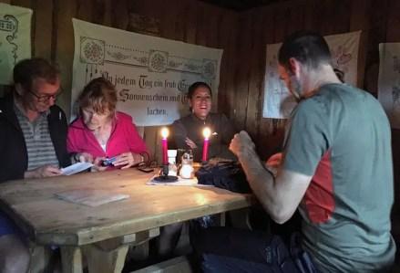 Gemütlich war's in der Karseggalm, als draußen das Unwetter tobte und wir drinnen im Warmen saßen.