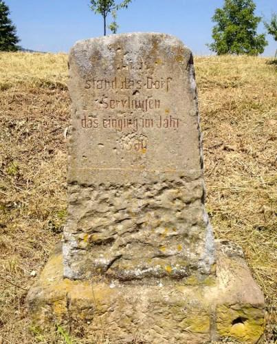 Gedenkstein am Wegesrand