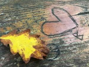 Ein Herz auf einen Holztisch geritzt