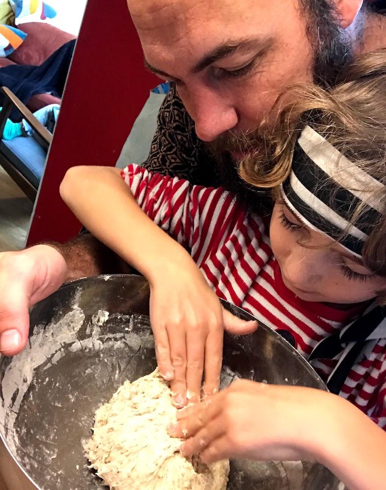 Vader en zoon bakken brood