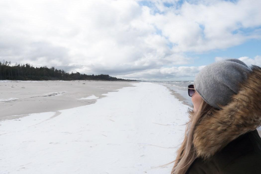 Polskie morze poza sezonem: czy warto jechać i co tam robić?