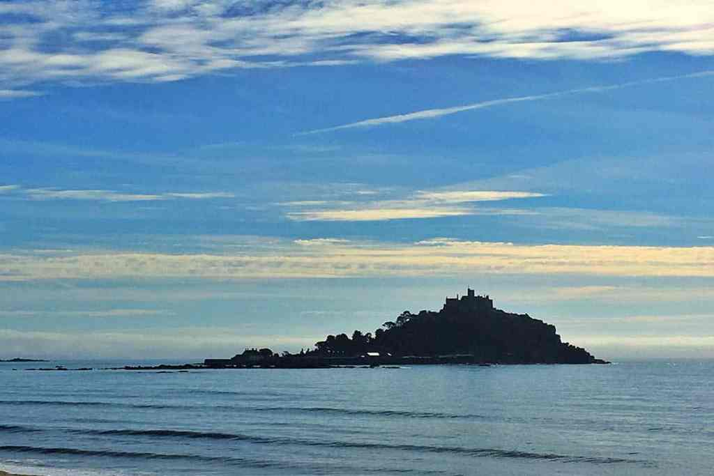 Looking for the best places to see on a Cornwall Road Trip? Here are 40 UNMISSABLE places to see in Cornwall to make your road trip the best it can be! #stmichaelsmount #cornwall #roadtrip #castles