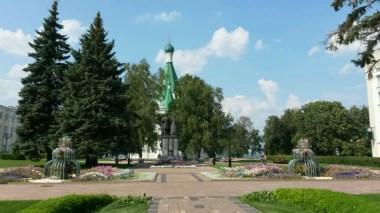 Im Kreml (Festung) der Stadt stehen überall verschiedenste Bauten, von althistorisch (die Stadtmauer) bis zweckmäßig profan jene der Stadtverwaltung.