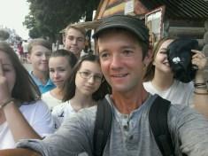 Umzingelt von 14 Jährigen in der Fußgängerzone von Cheboksary kurz nach dem Journalisten/Blogger Meeting; den Digital Natives entgeht heute nichts und wurde schnell erkannt.