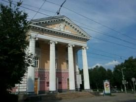 Pomp und Gloria, griechische Säulen. So mag (mochte) man die Stadtplanung im Russischen Reich, wobei hier in Yoshkar Ola alles noch recht neu ist.