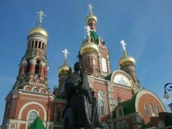 Knapp ein Jahr fertig, die glitternde, glänzende Zentralkirche im komplett neu erschaffener Umgebung des wohl jüngsten Krmls in Russland.